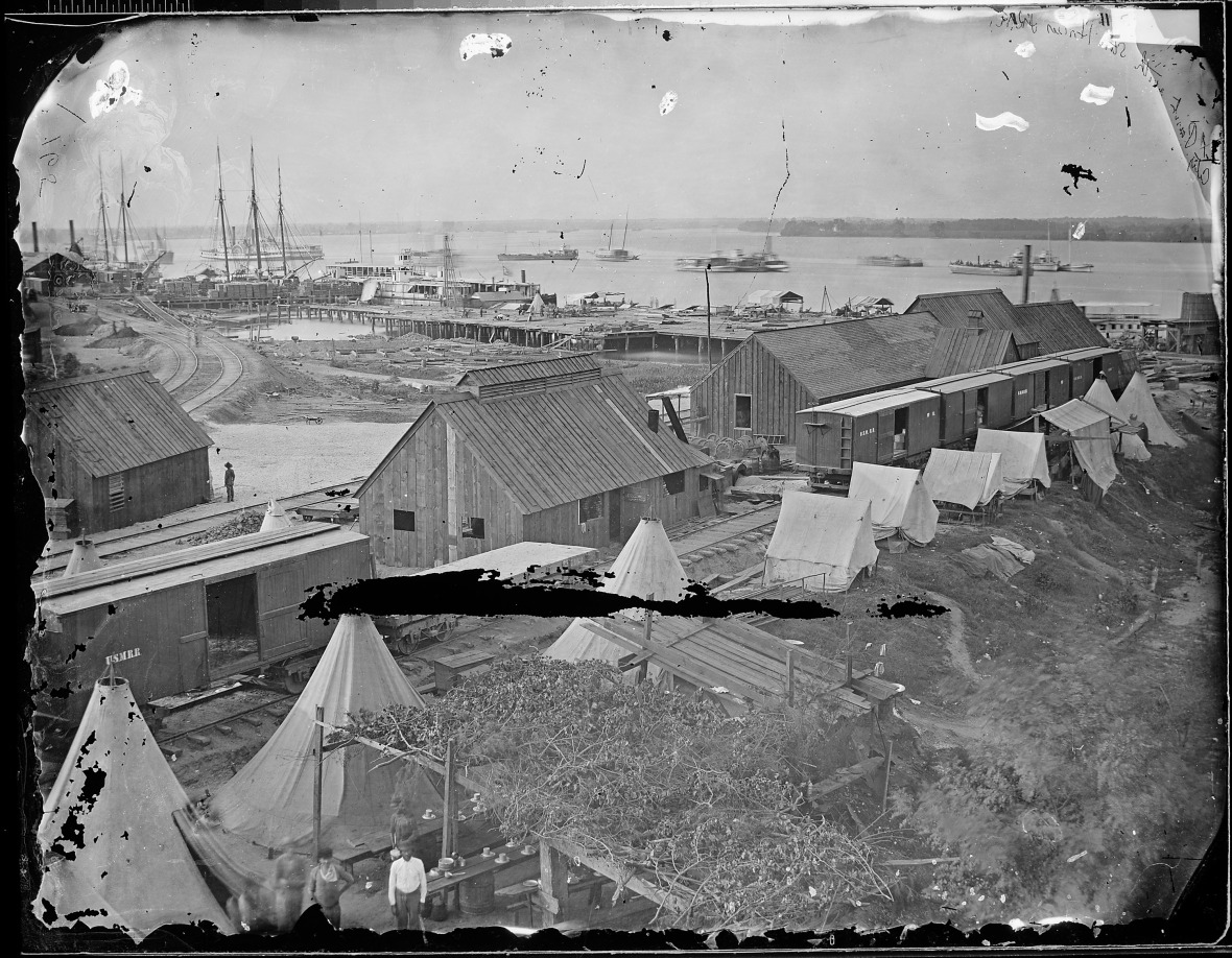 Wharves_of_U.S._Military_Railroad,_City_Point,_Va_-_NARA_-_528920